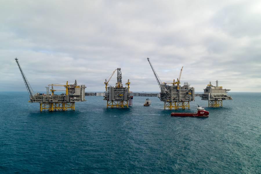Η παραγωγή πετρελαίου και φυσικού αερίου θα συνεχίσει να κατέχει θέση στη μελλοντική ενεργειακή εικόνα. Ο τομέας Mega Johan Sverdrp έχει αναμένεται ανακτήσιμα αποθέματα 2,7 δισεκατομμυρίων βαρελιών ισοδυνάμου πετρελαίου και το πλήρες πεδίο μπορεί να παράγει μέχρι 660,000 βαρέλια πετρελαίου ημερησίως στην αιχμή. Με ηλεκτρικό ρεύμα από την ακτή, το πεδίο έχει χαμηλές εκπομπές CO2 κάτω από 1 κιλό ανά βαρέλι. (Φωτογραφία: Equinor)