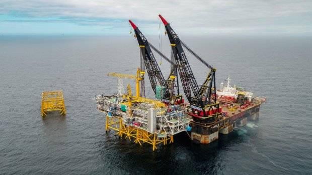 Все части головоломки платформы были подняты на место тяжелым грузовым судном Thialf. (Фото Woldcam - Roar Lindefjeld Bo Randulff Statoil)