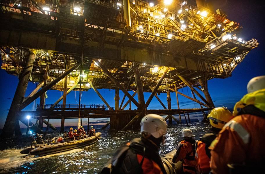 नीदरलैंड, जर्मनी और डेनमार्क के ग्रीनपीस कार्यकर्ता शेल के ब्रेंट क्षेत्र (© मार्टन वैन डीजेल / ग्रीनपीस) में दो तेल प्लेटफार्मों पर सवार हुए।