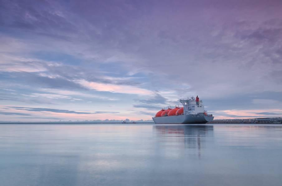 रूसी कंपनी Zvezda Shipbuilding Complex ने Samsung Heavy Industries (SHI) को आर्कटिक LNG 2 परियोजना के लिए LNG वाहक बनाने का ठेका दिया है। (फोटो © Adobe Stock / Wojciech Wrzesien)