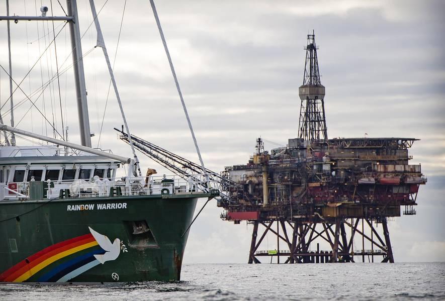 Activistas de Greenpeace de los Países Bajos, Alemania y Dinamarca abordaron dos plataformas petroleras en el campo Brent de Shell (© Marten van Dijl / Greenpeace)