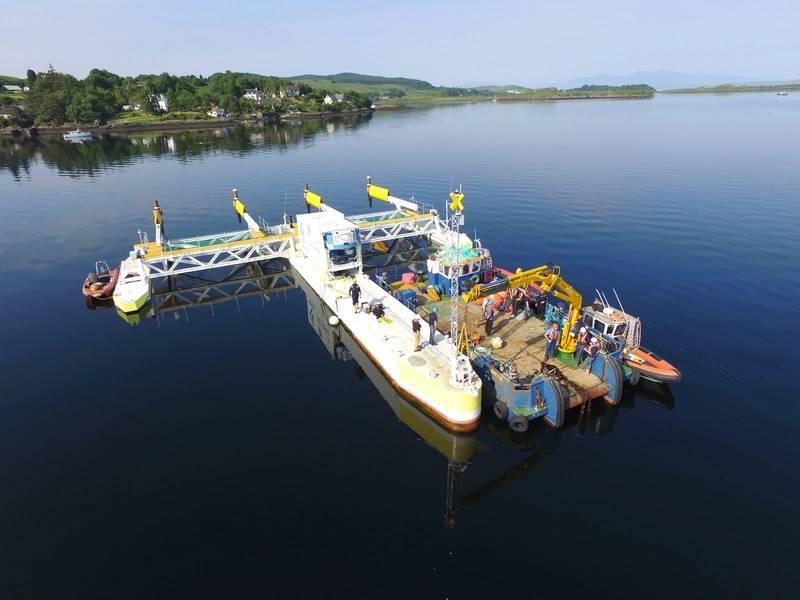"""PLAT-I e o barco de trabalho Meercat de 15m """"Venetia"""" antes da desconexão do sistema de ancoragem durante a operação de desmobilização. Foto: © SCHOTTEL HYDRO"""