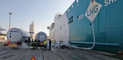 Baleària Bunkering multi truck to ship Puerto València. Photo: Valenciaport
