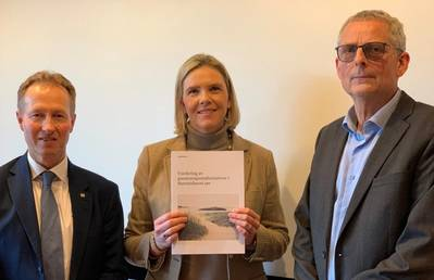 Minister of Petroleum and Energy Sylvi Listhaug receives the report on gas transport from CEO of Gassco, Frode Leversund (left). Kjell Agnar Dragvik, Director Analyses and framework at the NPD, also attended the presentation. Photo: Norwegian Petroleum Directorate (NPD)