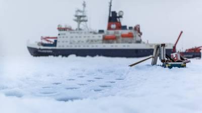 Το γερμανικό ερευνητικό σκάφος Polarstern κατά τη διάρκεια ενός σταθμού πάγου. Άποψη των διάτρητων οπών για την απομάκρυνση πυρήνων πάγου και δειγμάτων νερού από τον αρκτικό πάγο της θάλασσας. (Φωτογραφία Stefan Hendricks / AWI)
