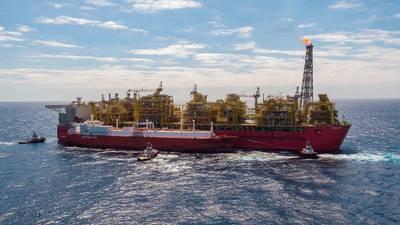 خارج أستراليا: سلمت منشأة شل بريلود للغاز الطبيعي المسال العائم أول شحنة من الغاز الطبيعي المسال في وقت سابق من هذا الأسبوع. الصورة هي منشأة Prelude FLNG ، مع مرسى Valencia Knutsen جنبًا إلى جنب (Photo: Shell)