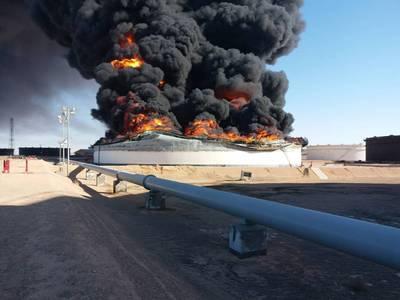 सोमवार को नेशनल ऑयल कॉर्पोरेशन ने रस लैनफ पोर्ट टर्मिनल (फोटो: एनओसी) में स्टोरेज टैंक 2 और 12 के नुकसान की पुष्टि की।