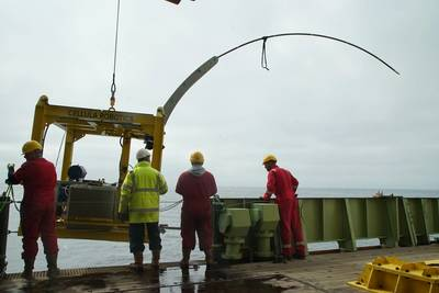 RRSジェームズクックの側面上に下げられているオーダーメイドのドリルリグ。リグは、湾曲した鋼管を海底堆積物に押し込むように設計されています。画像:著作権STEMM-CCSプロジェクト