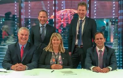 Doug Pferdehirt (links), CEO TechnipFMC, Torger Rød, SVP Equinor, Margaret Øvrum, EVP Equinor, Kjetil Hove, SVP Equinor und Luis Araujo, CEO Aker Solutions. (Foto: Equinor)