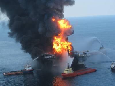 Einsatztrupps kämpfen gegen die lodernden Überreste der Offshore-Bohrinsel Deepwater Horizon 21. April 2010 (Dateifoto: US Coast Guard)