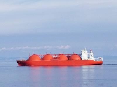 Imagem de arquivo: um transportador de LNG típico transita o Med em uma foto recente (CREDIT: Robert Murphy)