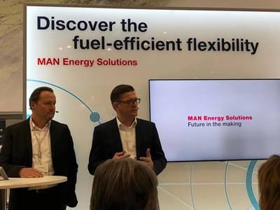 Stefan Eefting, SVP PrimeServ, MAN ES (à esquerda) e Christian P. Hoepfner, diretor administrativo da Wessels Marine, anunciando o plano de administrar a contêiner Wes Amelie em gás natural sintético. Foto: Greg Trauthwein