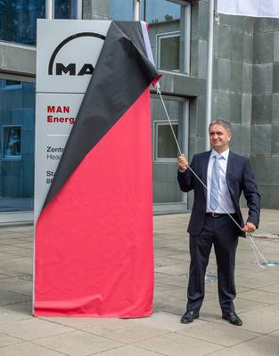Uwe Lauber, CEO da MAN Energy Solutions, revela o novo nome da empresa na sede de Augsburg (Foto: MAN Energy Solutions)