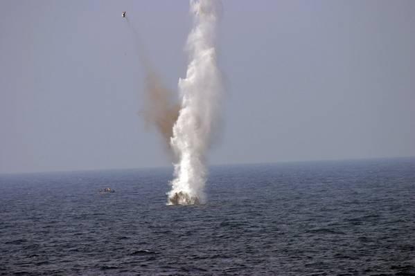 Фото: военнослужащие ВМС США взрывают плавучую шахту во время учений в Мексиканском заливе (фото ВМС США Патрик Коннерли)