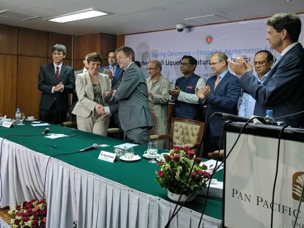 التفوق CFO نيك بيدفورد وممثلين من مؤسسة التمويل الدولية ، وحكومة بنغلاديش ، Petrobangla ، والمقرضين المشروع في حفل التوقيع في دكا في صيف عام 2017. مؤسسة التمويل الدولية ، عضو في مجموعة البنك الدولي ، و Excelerate الطاقة بنغلاديش المحدودة (Excelerate) - تطوير مشروع Moheshkhali Floating LNG - أول محطة استيراد للغاز الطبيعي المسال في بنغلاديش (LNG). (الصورة: التفوق)