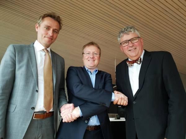 आज के हस्ताक्षर के बाद तस्वीर ली गई। बाएं से: ओला बोर्टेन मो (ओकेईए सीसीओ), रिच डेनी (प्रबंध निदेशक ए / एस नॉर्स्के शैल) और एरिक हौगेन (ओकेईए सीईओ)