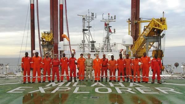 西アフリカの海岸からの離陸後のMilaha Explorerの乗組員(写真:Milaha)