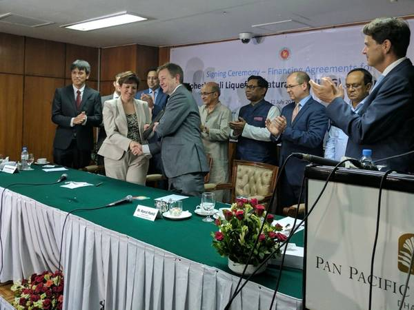 2017 की गर्मियों में ढाका में हस्ताक्षर समारोह में एक्सेलरेट सीएफओ निक बेडफोर्ड और आईएफसी, बांग्लादेशी सरकार, पेट्रोबंगला और परियोजना उधारदाताओं के प्रतिनिधियों। आईएफसी, विश्व बैंक समूह के सदस्य, और एक्सेलरेट एनर्जी बांग्लादेश लिमिटेड (एक्सेलरेट) सह हैं मोहेश्खाली फ़्लोटिंग एलएनजी परियोजना का विकास - बांग्लादेश की पहली तरलीकृत प्राकृतिक गैस (एलएनजी) आयात टर्मिनल। (छवि: एक्सेलरेट)