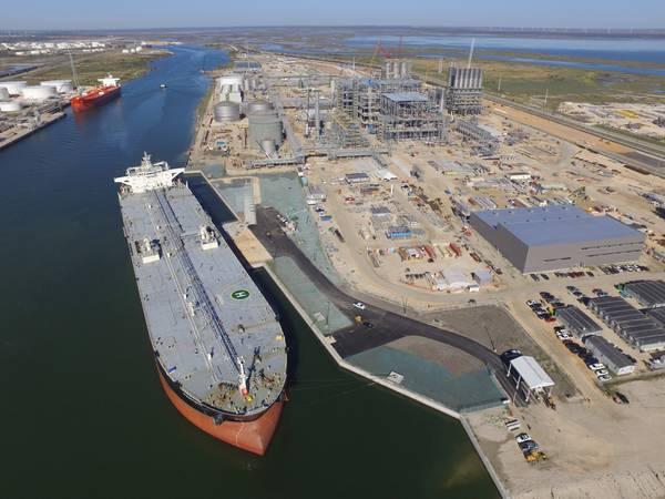 Datei Bild: Ein VLCC wird nebenher in den Hafen von Corpus Christi, Texas geladen (KREDIT: Hafen von Corpus Christi, Texas)