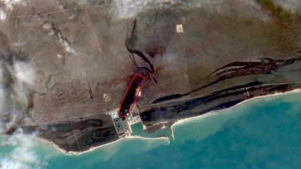 Imagem de satélite após o impacto do furacão Dorian no terminal de petróleo de South Riding Point, na ilha de Grand Bahama. O contorno vermelho indica a área da pluma do derramamento de óleo, ca. 0,5 km quadrados e ca. 1,3 km de comprimento. (Foto: satélite ESA Sentinel-2)
