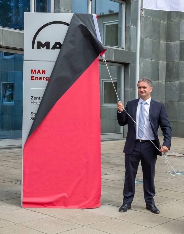 Ο Uwe Lauber, Διευθύνων Σύμβουλος της MAN Energy Solutions αποκαλύπτει το νέο όνομα της εταιρείας στο Κεντρικό Γραφείο του Augsburg (Φωτογραφία: MAN Energy Solutions)