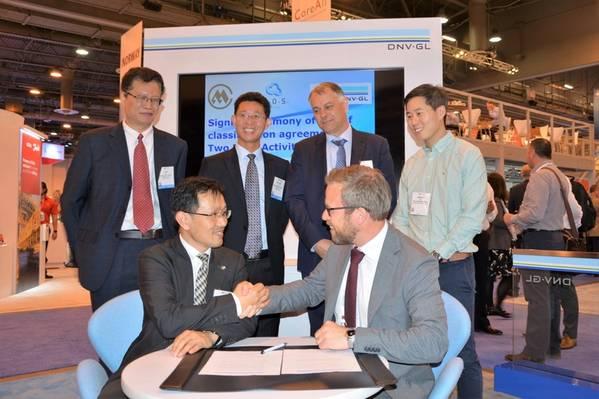 A assinatura na OTC 2018. Frente (da esquerda para a direita): Rulin Yao, Gerente Geral da China Merchants Heavy Industry (Jiangsu); Ernst Meyer, diretor de classificação offshore, DNV GL - Maritime. Voltar (da esquerda para a direita): Lixin Xu, Gerente Geral, Centro de P & D do Centro de Pesquisa de Tecnologia da China Merchants Offshore; Sichuan Wu, China Merchants Indústria Holding, Co Ltd .; Cor Selen, co-proprietário / fundador da OOS Energy; Timothy Tan, gerente geral (Ásia-Pacífico) da OOS International. (Foto: DNV GL)