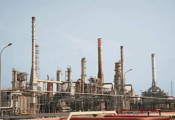 Imagen de archivo: Una instalación de refinación de Medio Oriente (CRÉDITO: MELCAL)