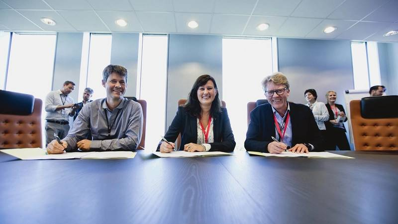 Contract Signing (Photo courtesy of Aker Solutions)