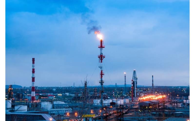 View of the Komsomolsk oil refinery - Beliakina Ekaterina/AdobeStock